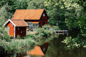 บ้านสองหลังตั้งอยู่ริมทะเลสาบ