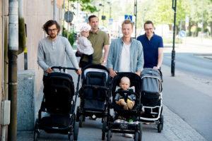 กลุ่มคุณพ่อชาวสวีเดนกำลังเข็นรถเข็นเด็กที่ได้รับความช่วยเหลือเรื่องเงินให้เปล่าในสวีเดน