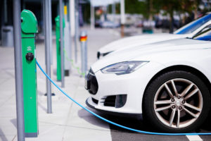 รถยนต์สีขาวกำลังชาร์จพลังงาน